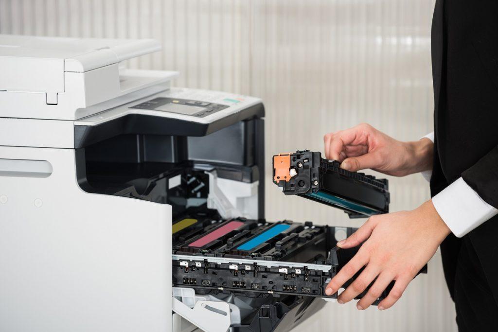 kobieta wymienia toner w drukarce